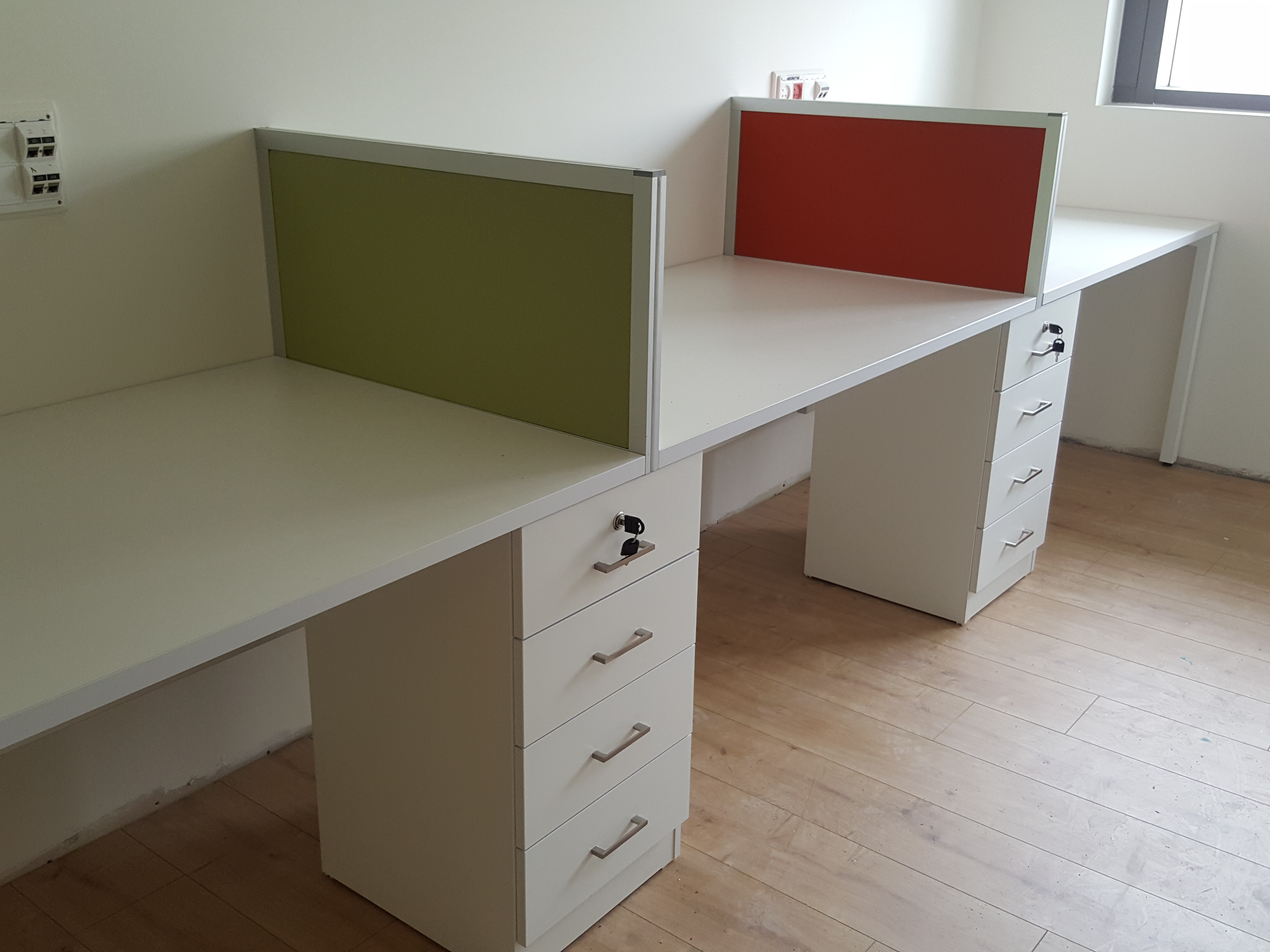 עמדות מחשב למשרד  עם מחיצות אקוסטיות וארגז מגירות