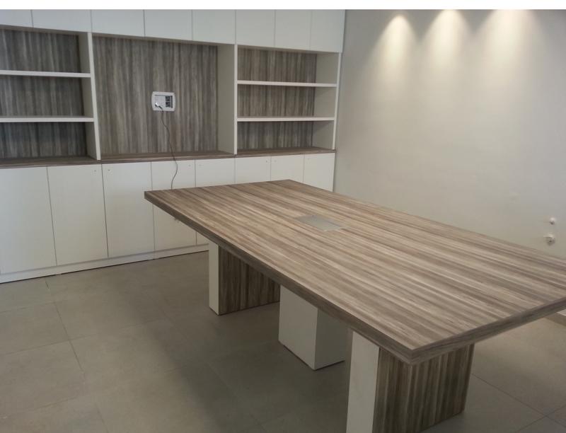 חדר ישיבות הכולל שולחן וכוננית