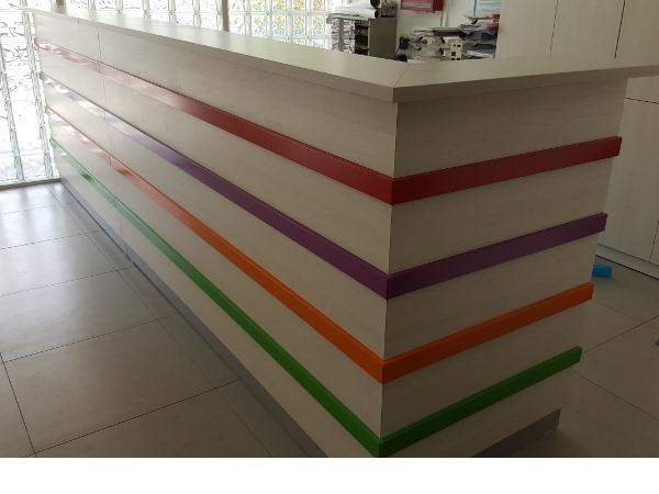 דלפק קבלה פסים צבעוניים