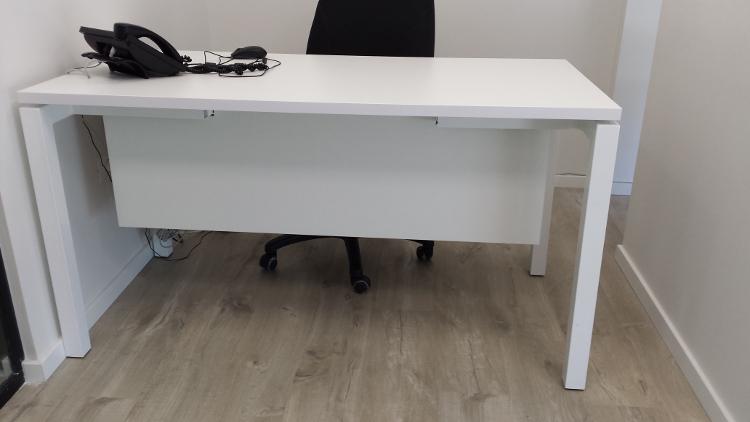 שולחן משרדי '' ולנסיה ''רגלי מתכת + סינר