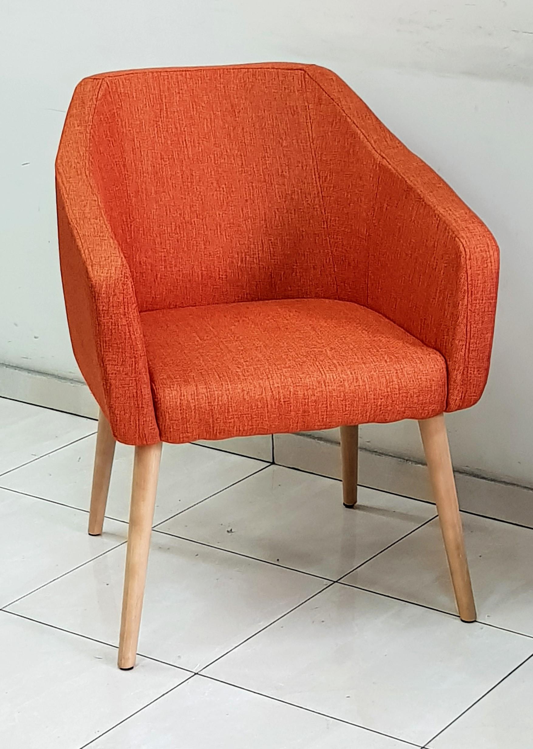 """כסא המתנה דגם """"לביא"""" ריפוד בד ,רגלי עץ"""